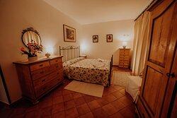 Camera da letto matrimoniale del trilocale 4 con accesso allo spazio privato esterno.