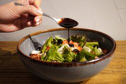 Ensalada con corazón de lechuga, fresa, aceituna negra, semillas garapiñadas y aderezo hecho en casa.