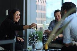 Ven a disfrutar un Happy Hour en nuestra terraza de The Bistro. Contamos con todas las medidas de seguridad