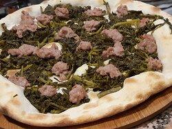 Pizza preferida del Pizzero.  Friarielli con salchicha italiana. Puedes hacerla a tu gusto también con mozzarella y queso provolone ahumado. Ya disponible. Buen provecho!!🍕🍕🍕😎
