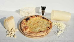 La Pizza quattro formaggi es una pizza clásica italiana, formado por 4 quesos fundibles, cada uno de ellos aportando una textura y un sabor diferentes. Ocasionalmente se derriten sobre una base de tomate (rossa) si bien la tradicional es una base de pizza con los 4 quesos (bianca)