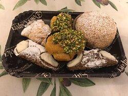 Mini cannoli,bignè al pistacchio,sfogliatelle al cioccolato e Iris al pistacchio