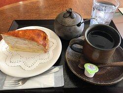 2Fのカフェでは備前焼の器でコーヒーがいただけます。ミルクレープのケーキセットは¥600