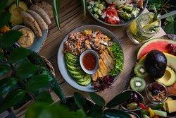 Chicken Avocado Dream / Quinoasalat mit frischer Avocado , Hähnchenbruststreifen und Süss-Sauer-Dip