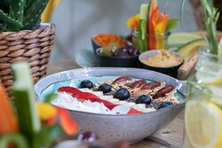 Funky Berr Bowl / Frühstücksbowl mit roten Beeren, Acai Püree, Mandelmus, Müsli, Banane, Datteln, Chiasamen und Kokos-Chips