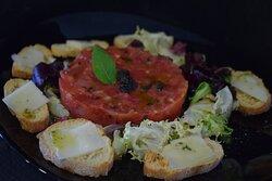 Tartar de tomate con aceite de albahaca fresca