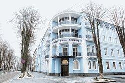 Отель расположен в историческом и деловом центре города Хмельницкий.  Здание отеля выполнено в стиле классической западноевропейской архитектуры.