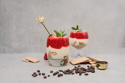 krem z mascarpone z polewą truskawkową - letnie menu