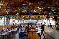 Experimenta un punto de vista único, gastronomía, mixología, y música. Disfruta de espectaculares atardeceres del Valle de Guadalupe