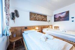 Trilocale con balcone 4/6 persone con 2 camere da letto e 3 bagni. 3-room apartment with balcony for  4/6 persons with 2 bedrooms and 3 bathrooms.