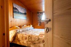Trilocale 4/6 persone Mansarda con 2 camere da letto e 3 bagni. 3-room apartment 4/6 persons Attic with 2 bedrooms and 3 bathrooms.