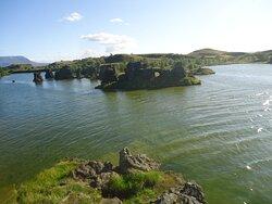 A to słynne formacje zastygłej lawy sławiące półwysep Hofdi i jezioro Mywatn .