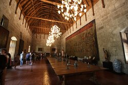 The banquet hall is also decorated with a vaulted ceiling in the form of an inverted ship in addition to a copy of the Pastran carpet.