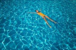 Подогреваемый бассейн с современной автоматической системой очистки и фильтрации воды. Приятная подсоленная вода без запаха хлора.