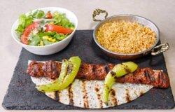Assiette Adana, accompagnements salade et boulgour