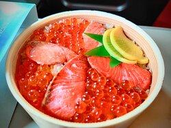 はらこ飯 Japanese famous lunch box Salmon and salmon roe rice.