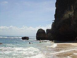 Paredões que isolam a praia