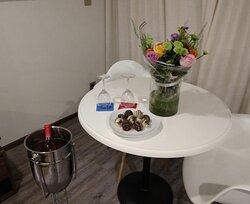 Solicité un bouquet de flores y unos chocolates por nuestro aniversario, y no solo lo prepararon tal lo solicité sino que agregaron una botella de vino! Excelente atención de Carla Lozano ;)
