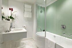 Deluxe Gold King Room Bathroom