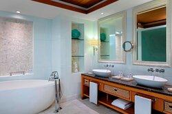 Ocean Suite Bathroom - Tub
