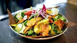 Salade Viking ( mesclun de salade, saumon et truite fumés, légumes croquants, chips de blé noir, avocat, agrumes