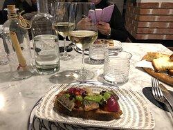 Sgombruschetta: bruschetta con sgombro scottato, marmellata di cuore di bue, cipolla caramellata, terra di olive e pesto leggero.