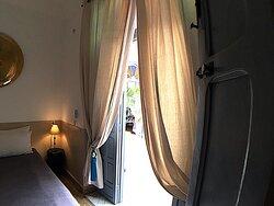 Casablanca est une chambre double située au rez-de-chaussée qui dispose d'un lit de 140 cm et donne sur le patio et la piscine. La salle d'eau avec toilettes attenante est entièrement constituée de tadelakt traditionnel beige. La chambre dispose d'air conditionné réversible.