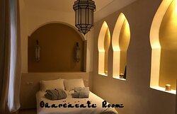 Riad Bel Haj Ouarzazate est une chambre double située au rez-de-chaussée dispose d'un lit de 140 cm et donne sur le patio et la piscine. La salle d'eau avec toilettes attenante est entièrement constituée de tadelakt traditionnel beige. La chambre dispose d'air conditionné réversible et d'un coffre-fort individuel.