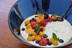 Greek yogurt, granola, banana, red berries  Yogurt griego, granola, plátano, frutos rojos