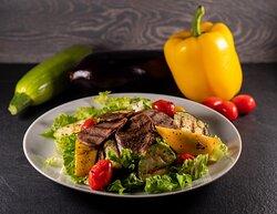Салат с языком и овощами гриль