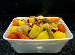 :: Keng Ka Ri Moe :: Zoete gele curry met varkensvlees met ananas , aardappels en groenten in kokkosmelk.