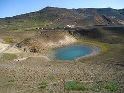 Jedno z dwóch pobliskich turkusowych bajorek . Wypełnione są właściwie ściekami geotermalnymi .