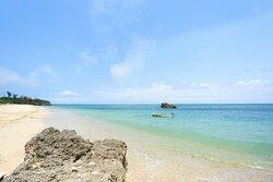 あがいてぃーだ近隣のビーチ。 コバルトブルーの美しい東シナ海、今泊集落はこのビーチに面してあります♪