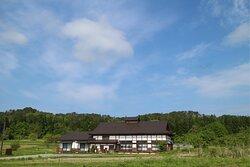 田んぼと畑に囲まれた、里山にたたずむ古屋敷。  ここが、ふるさと。