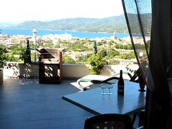 terrasse aménagée - transats - barbecue - table/chaises vue panoramique mer