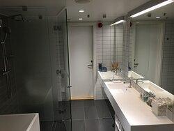 Mycket stort, lyxigt och generöst badrum.