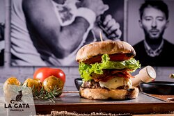 Nuestra George Harrison. Una jugosa burger cheesebacon, con carne hecha en casa rellena de queso chedar, bordeada de tocineta, vegetes y pan artesanal.  La preferida de nuestros clientes.