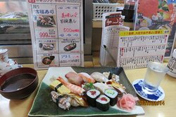 満腹寿司 メニューには棒寿司1貫とあるも 実際はカッパ巻が提供+小澤酒造 しぼりたて本醸造(100ml)
