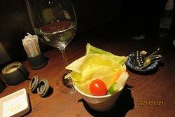 日本酒 土井酒造場(静岡)開運 無濾過 純米生酒 山田錦 100 ml(ワイングラスで提供) と キャベツ&野菜ステイック
