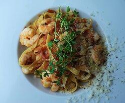 • TAGLIATELLE Z KREWETKAMI • makaron, krewetki, pomidory, masło, parmezan • 31
