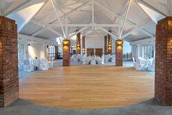 Salle pour événements privés, mariage (...) et événements d'entreprise. L'avantage de cette salle est qu'elle donne à la fois sur une terrasse mais aussi sur une deuxième salle possible à louer.