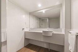 travelodge resort darwin guest room bathroom