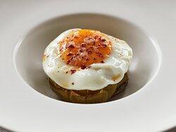 Alcachofa confitada con huevo y escama de pimentón dulce ahumado