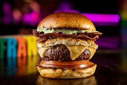 Alcatraz - 160g de hambúrguer com bacon crocante, ovo frito, queijo prato, rodelas de tomate e maionese de ervas no pão de hambúrguer de brioche