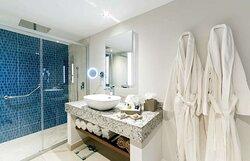 deluxe one bedroom suite bathroom