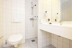 Scandic Bryggen superior room bathroom