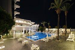 Hotel havuzbaşı gece görünüm
