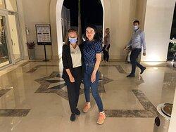Guest Relation Лина. Весь персонал маски носит обязательно и не соглашаются снять даже для фото. На гостей это не распространяется.