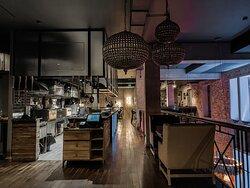 2 этаж ресторана Некрасов. На этот этаже расположена открытая Кухня с испанской печью Josper, где готовятся самые сочные стейки и бургеры
