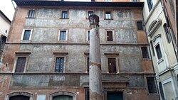 La colonna e l'incredibile serie di affreschi sulla facciata dello storico palazzo quattrocentesco